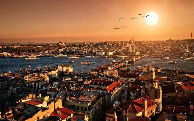 Sunset yang sangat indah ini diambil di Instanbul, Turkey. Tampak 6 burung yang sedang terbang menambah keindahan yang sangat sempurna