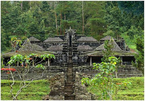 Candi Cetho (ejaan bahasa Jawa: cethå) merupakan sebuah candi bercorak agama Hindu peninggalan masa akhir pemerintahan Majapahit (abad ke-15). bertempat di jenawi, karanganyar