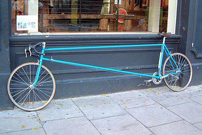 Ini Dia Termasuk Sepeda Terpanjang di Dunia Buat pecinta sepeda pastinya pengen dong selalu modif sepedanya. Kalau buat modif sepeda seperti gambar diatas, ada yang minat gak gan..? Bingung juga nih kira-kira naeknya gimana hehehe :D