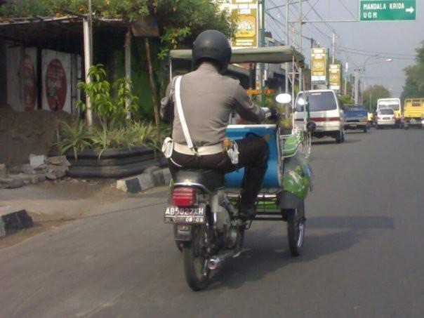 Hanya di Indonesia orang bisa jadi Polisi n jadi Tukang Becak dalam waktu yg bersamaan