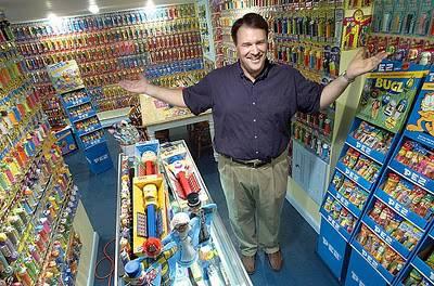 Ron Hood mengoleksi PEZ(wadah permen) dan merchandise,koleksinya ia simpan di basement yang berada di daerah Lewiston.Saat ini koleksinya sudah mencapai 3000 PEZ.WoW nya ya...