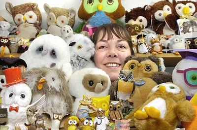 Guinness World Records sudah sangat mengenal orang ini,Pam Barker yg berasal dari Leeds.Dialah pemegang rekor kolektor boneka burung hantu dengan jumlah lebih dari 18.000.WoW nya ya Pulsker...!