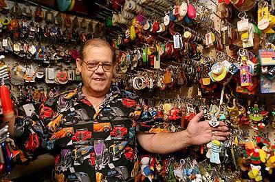 Bermula dari gantungan kunci yg ia beli di Vietnam(dimana ia menjabat sebagai penembak helikopter pada saat peperangan)41 tahun yg lalu.Ron Tyler akhirnya menjadi kolektor gantungan kunci di sepanjang kehidupannya.WoWnya ya SoB???