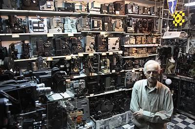 Dimistris Pistiolas,Athena,Yunani.Memiliki koleksi kamera film terbanyak di dunia,kamera ini milik pribadinya,Dimistris memiliki 937 kamera model vintage dan juga proyektor.WoW nya ya sob???