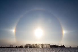 Sun Dogs Fenomena dimana matahari terlihat berjumlah 3 buah.