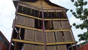 Subhanallah, Di palembang ada Al Quran Yang terbuat dari kayu dan Juga besar Sekali...... Yang takjub Wow yah...