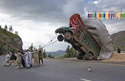 Begini Cara Orang Pakistan Mengatasi Mobil Mogok. No Seriously!! Inilah Cara Paling Mudah dan Cepat Mengatasi Truk yang Kelebihan Muatan, gak perlu susah-susah Pakai Mobil Derek. Cukup 8 Orang bergotong royong Menarik Truk Mogok ini.