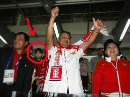 wahhh ternyata ada gayus pas SBY nonton bola ahha WOW nya dong!