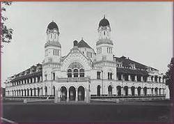 Lawang sewu adalah tempat peniggalan penjajahan belanda Dibangun pada tahun1904