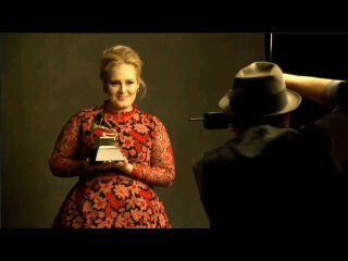 Kalian pasti kenal Adele.Artis top asal London yang menjebolkan panggung musik internasional.Saat masuk dalam nomonasi Grammy Awards,Adele memakai baju yang hanya ada 2 di dunia.1 dimiliki adele dan 1 lagi dipakai u/ fashion show seorg model