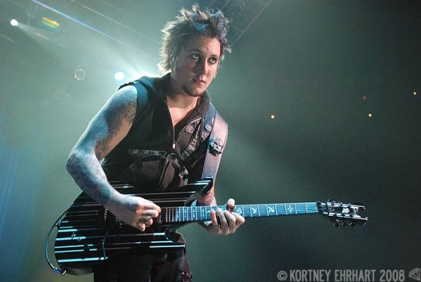 [A7X TALK] Ketika orang-orang bilang gue lebih baik daripada yang gue pikir, gue merasa baik tentang diri gue sendiri When people tell me I am better than I think I am I feel good about myself. -Synyster Gates-