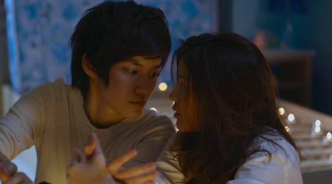 WOW!!! Nah ini dia tokoh utama kita di film Yes or No (YON) Kim (Supanart Jittaleela) dan Pie (Sucharat Manaying) Jadi, mereka berdua ini adalah pelajar yang tinggal dalam satu kamar di asrama. Kim (sebelah kiri) dan Pie (sebelah kanan)