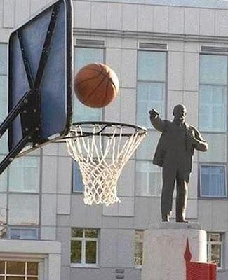 ternyata patung juga bisa bermain bola basket ^^