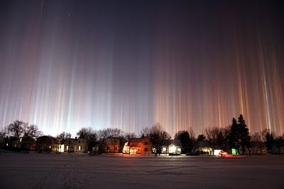 LIGHT PILLAR Fenomena visual yang tercipta karena pantulan cahaya.