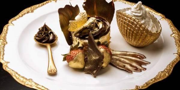 """makanan terbuat dari emas dengan harga yang bisa membuatmu bilang """"WOW"""" sambil guling-guling :he Golden Phoenix Cupcake: Cupcake termahal ini diperkenalkan disebuah cafe di dubai pada tanggal 5 juli. Cupcake ini dihargai 3.676 dirham, dan dibu"""