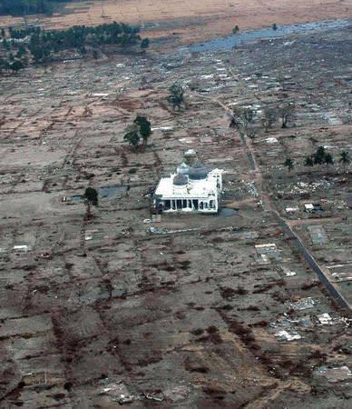 ini di aceh ketika terjadi tsunami, dan sudah surut. hanya mesjid ini yang tersisa!