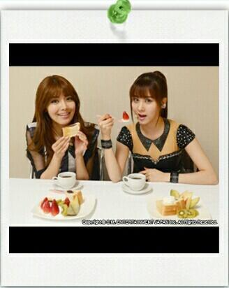 Sooyoung and Seohyun eating ogura toast with fruit from Nagoya! Hhmmmm... Yummy.. :)