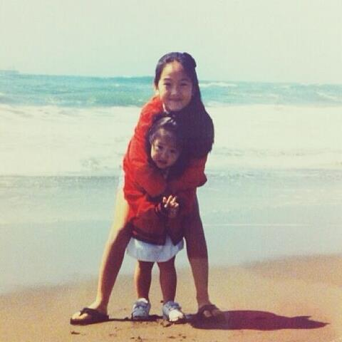 Krystal melalui instagramnya mengupload foto dirinya bersama Jessica di sebuah pantai. late national siblings day- love u ? #sisters Masih pada imut-imut >.