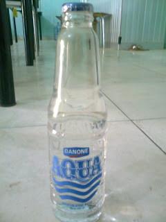Nah,Ini Botol Aqua Pertama Yang Dalam Bentuk Kaca AQUA kemasan ini umumnya dipakai pada acara resmi (rapat,seminar,dll),sehingga target konsumen adalah para Eksekutif