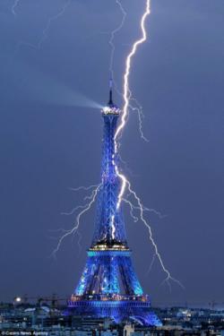 foto menara Eiffel yang tersambar petir,wow