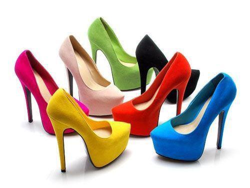 Memakai high heels dalam jangka waktu lama dapat menyebabkan pembengkakan pada kaki dan dapat memicu penyakit neuroma yang mengganggu sistem jaringan saraf di kaki.
