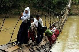 para pelajar ini rela berkorban demi nyawanya hanya untuk bersekolah mereka merela-relakan melewati jembatan tua yang sudah pengen copot :(