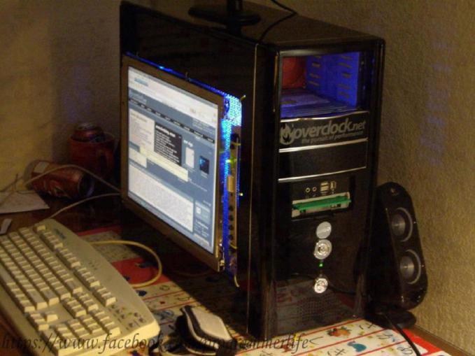 Nempelin layar laptop di dinding casing PC. Agak ektrim sih, tp bagus nih idenya. . :p