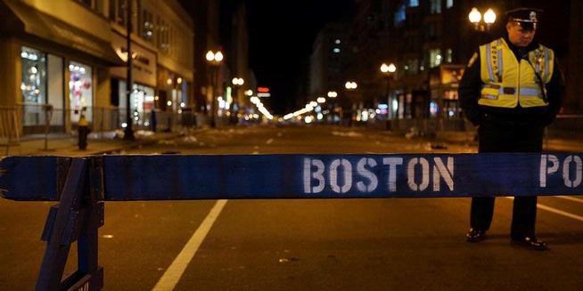 Para penyidik AS, Rabu (17/4/2013), mengatakan, mereka telah menemukan foto seorang tersangka yang mungkin telah menanam bom rakitan yang menewaskan tiga orang dan membuat cacat puluhan org lainnya di Maraton Boston. Untuk itu Pray For Boston.