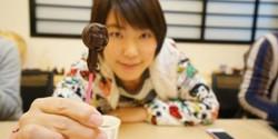 Para wanita di Jepang rupanya memiliki cara unik dalam menikmati sajian cokelat yang