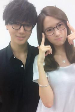 Yesung with Yoona ada yang setuju? ^^ pas ya kacamata nya item2 facenya cute2 gimana gitu jangan pada envy ya! XD