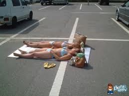 berjemur di jalan raya karena kehabisan tempat di pantai :D jngn lupa klik WOWnya........ :)