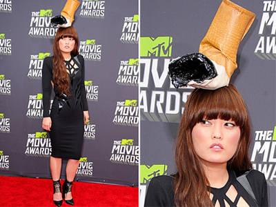 Topi rokok Hana Mae Lee di MTV Movie Award 2013