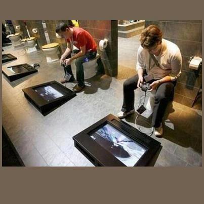 """Salah Satu Desain Toilet Unik Yang Ada di Jepang. Masing masing memiliki layar LCD dan Stick, sehingga penggunanya bisa main game. Trus gimana buang airnya ya -.-"""" menurut kalian gimana? wow ya!!"""