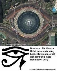 kalian nyadar gak sih BANYAK ILUMINATI di Indonesia? salah satunya aja ya.. contohnya BUNDARAN HI, perhatiin baik baik deh gambarnya MATA SATU kan?? nah itu udah PASTI iluminati banget. Sebenernya masih banyak di Indonesia contoh2 iluminati...