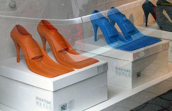 Sepatu renang dengan heels?. Awesome..