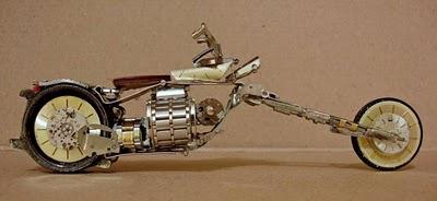 Wow, motor ini terbuat dari jam tangan. kumpulan jam tangan dan disatukan menjadi suatu kreatifitas yang unik :)