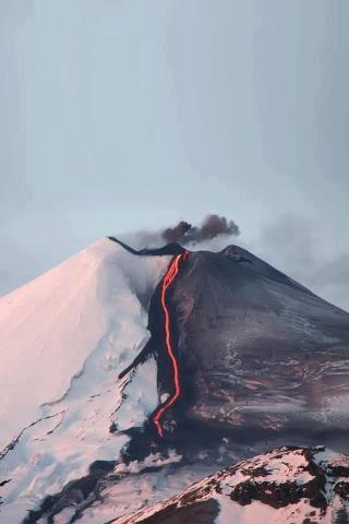 Salah satu keajaiban alam. Gunung ini namanya Punk Hazard... sebuah gunung dengan suhu yang sangat berbeda... sisi satunya sangat dingin dan sisi lainnya sangat panas, yah begitulah salju dan es yang bersatu... Ah nanti liburan coba ah kesana:D