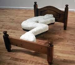 unik banget nih tempat tidur,berarti kalo tidur bentuk tubuhnya harus seperti ini.... WOW nya ya teman..