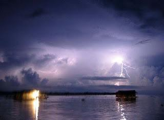 Apakah Anda pernah mendengar tentang Catatumbo Lightning? Catatumbo Lightning adalah sebuah fenomena aneh yang terjadi pada atmosfer bumi. Catatumbo Lightning adalah fenomena petir yang terus menyambar dengan intensitas yang tinggi. Bahkan bis