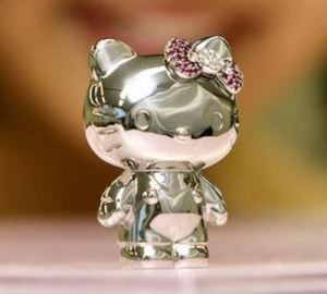 Dibandrol dengan harga $163,000, yang memiliki berat 590 grams merupakan miniatur Hello Kitty termahal sejagad. Yang buat mahal karena dibeberapa bagiannya terbuat dari berlian, ruby, pink sapphire, amethyst dan blue topaz.