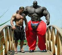 Mungkin anda sulit membayangkan ada manusia yang badannya sebesar dan sekekar Hulk. tapi foto ini akan menjawab kesangsian anda tersebut. WOW NYA BOLEH !!!!!