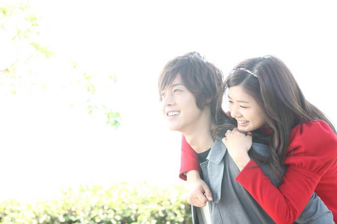 Udah pada tahu belum Naughty Kiss kisah Cinta yang aneh itu menimbulkan respond besar terhadap pemeran film diantaranya Baek Seung Jo (Kin Hyun Joong) Dan Oh Ha Ni (Jung So Min) Mereka tampak serasi kalau berpasangan dan juga lucu.