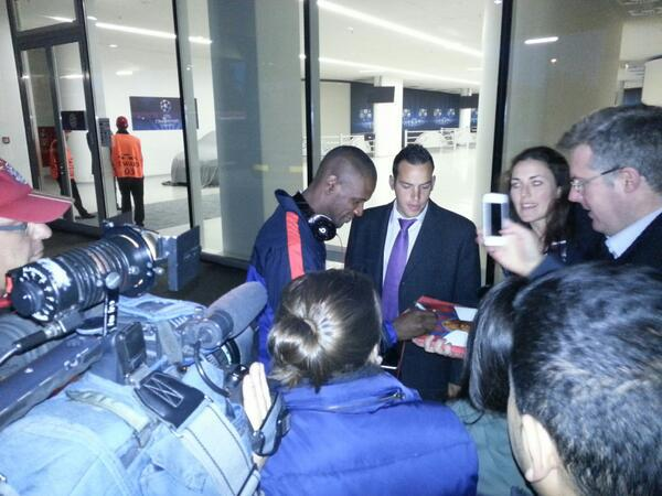 Abidal gives his sign to Barcas fans in Munich , welcome back King Abidal