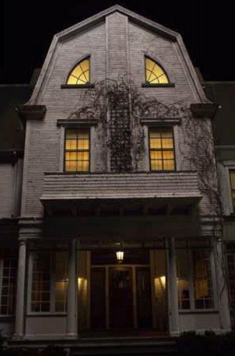 Rumah Hantu AmityVille Follow @AmruKa_RM Pada Desember 1975, George dan Kathleen serta anak-anak mereka pindah ke sebuah rumah di 112 Ocean Avenue, sebuah rumah besar bergaya kolonial Belanda di Amityville, sebuah lingkungan di pinggiran ko