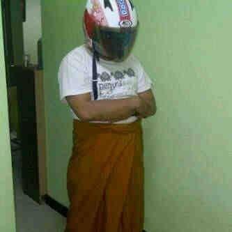 Shalat Itu Pake Peci Bukan Pake Helm