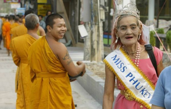 Kecantikannya begitu nampak di wajahnya (GUBRAKKK!@#$^&) Ini nenek-nenek narsis deh. Hari gini masih pake mahkota miss Pucket hihi..