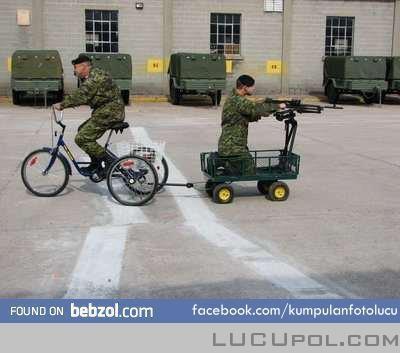huaahaahaahaaa...... nih dia kendaraan militer yg hemat energy ahahahah..... W:)W