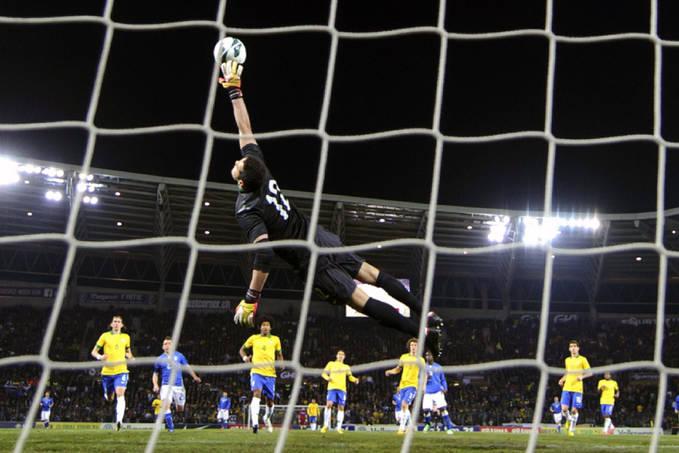 jump Around! Ini dia salah satu aksi Julio Cesar yang melompat tinggi demi menjaga gawang Samba. Pagi ini Jumat (22/3) Italia dan Brasil akhirnya bermain imbang 2-2 kala melakoni laga persahabatan internasional di Stade de Geneve, kota Jenewa,