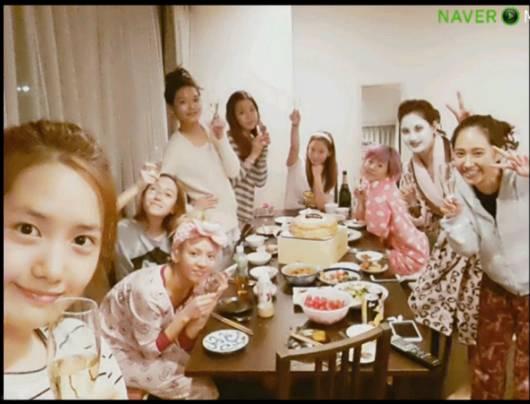 ini foto SNSD tanpa make up saat sedang makan malam di da dlam apertemen .. gmana menurut klian, tetep cantik kan ...?