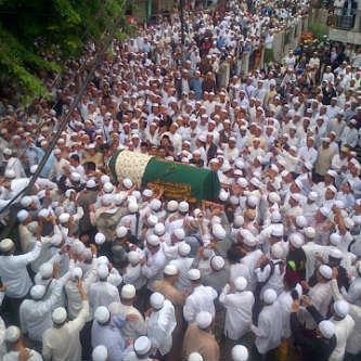 Subahanallah ... Lihat betapa Ramai nya yang menghadiri pemakaman seorang Ulama besar ( UJE ) .... Selamat Jalan Ustad Jeffry Al -Buchori ....... Semoga amal ibadah mu diterima disisi-Nya , dan untuk keluarga yang ditinggalkan semoga selalu